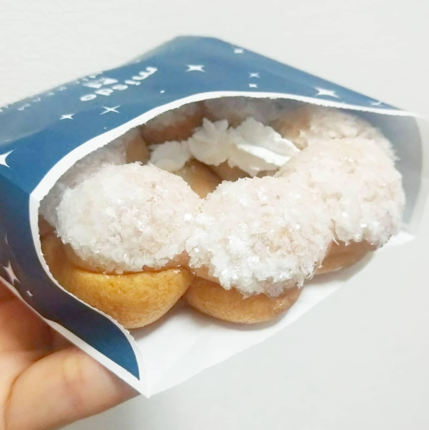 ミスド ポンデモチクリーム 久しぶりに好みのきた!ポンデ黒糖より激甘で美味い!表面のキラキラ砂糖のグレーズとクリームで激甘マックス!ポンデリングの砂糖コーティングが物足りなくなったらこれだね!